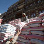 علماء ودعاة اليمن يستنكرون نهب ميليشيا الحوثي للمساعدات الإنسانية