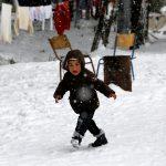 صور  أطفال اللاجئين يواجهون الموت تحت الجليد في أوروبا