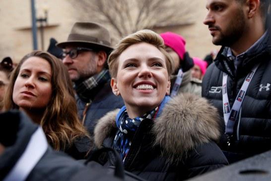 صور| سكارليت ومادونا ومايكل مور يشاركون في المسيرة النسائية المناهضة لترامب