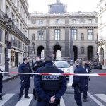 مظاهرات باريس تغلق متحف اللوفر