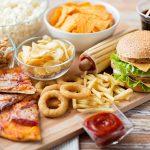 بريطانيا تحظر العروض الترويجية للأطعمة غير الصحية من أبريل 2022