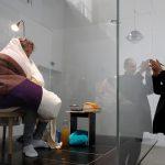 فنان فرنسي يرقد على 10 بيضات حتى تفقس في مشروع إبداعي