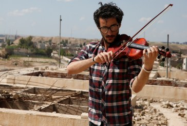 صور من وسط الدمار.. عازف كمان عراقي ينشر البهجة في الموصل