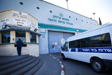 الاحتلال يمنع الأسرى من الصلاة ويصادر «المصاحف» في سجن الرملة