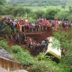 32 قتيلا بحادث سقوط حافلة مدرسية في تنزانيا
