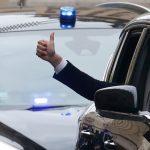 وزير جنوب أفريقي يوقف سائقة عبر الإنترنت