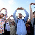 صور| آلاف السكان يتجمعون في استعراض للتحدي بعد هجوم مانشستر
