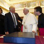 ترامب يلتقي البابا فرنسيس في الفاتيكان ويعده بألا ينسى رسالته