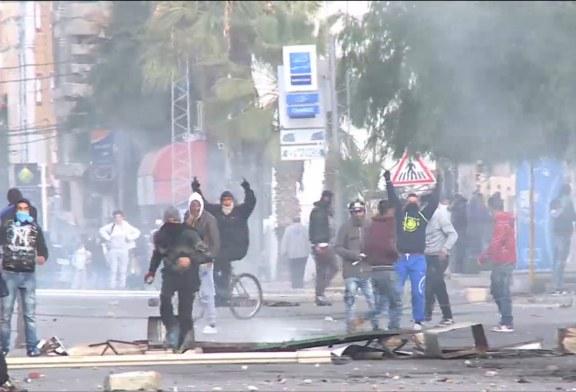فيديو| الأمن التونسي يفرق المعتصمين في تطاوين بالغاز المسيل للدموع
