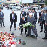 شيخ الأزهر يضع إكليلاً من الزهور في موقع حادث الدهس في برلين