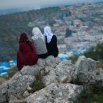 شقيقات فلسطينيات يضفين لمسة عصرية على بطاقات المعايدة التقليدية