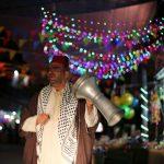 مسحراتي في غزة يستخدم سيارة مزينة ومكبر صوت في إيقاظ الصائمين