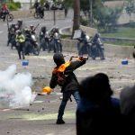 منع اعتصام في فنزويلا ونائبان يقولان إنهما عوملا بطريقة فظة من جنود