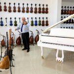 لبناني يصنع الآلات الموسيقية ويعزف على 46 آلة