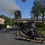 صور| مهندس إنشاءات يتحقق من استقرار برج سكني في لندن بعد حريق