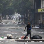فنزويلا تعتزم إطلاق سراح نشطاء وطرد دبلوماسيين