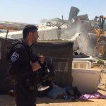 آليات الاحتلال تهدم منزلا يأوي أطفالا يتامى في النقب