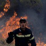 السلطات اليونانية تسيطر على حريق قرب مخيم للاجئين في جزيرة ساموس