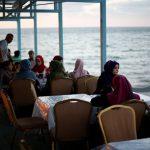 صور| مطعم بمركب على شاطئ غزة يجدد أشواق أهلها للبحر