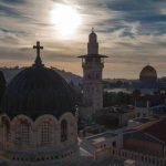 القدس.. الطوائف المسيحية تحتشد أمام كنيسة القيامة احتفالا بـ«سبت النور»
