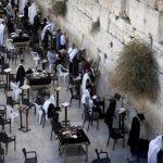 مستوطنون متطرفون يؤدون صلوات وطقوس تلمودية في ساحة البراق