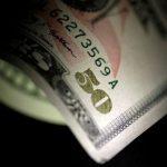 الدولار يهبط لأدنى مستوى في أكثر من 3 أشهر
