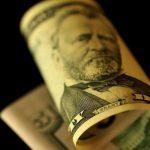 الدولار يتراجع بعد تقرير عن احتمال توقف الصين عن شراء سندات أمريكية