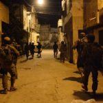 استمرار حملة الاعتقالات والمداهمات في الضفة الغربية المحتلة