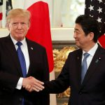 ترامب وآبي يبحثان التجارة والعلاقات الثنائية في اليابان