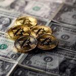 الدولار يتراجع وبيتكوين يتخطى 10 آلاف دولار
