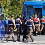 تركيا تأمر بالقبض على 100 من العسكريين بزعم صلتهم بجولن