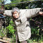 صور| جدة يابانية تتجه للتصوير بعد اجتيازها الـ72 عاما