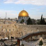 «نحن شيء واحد».. الفلسطينيون المسلمون والمسيحيون يتحدون ضد قرار ترامب