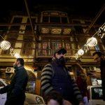 شجرة الميلاد في دمشق تزينها أمنيات بالسلام وجمع شمل أحباء فرقتهم الحرب
