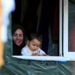 سوريون محاصرون يرتدون ملابس شتوية من بطاطين المساعدات الدولية