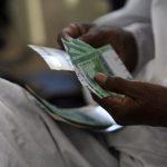 مركزي السودان يخفض سعر صرف عملته في البنوك إلى 31.5 جنيه للدولار