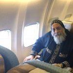 بعد رحلة علاج استمرت أسابيع.. البابا تواضروس يعود للقاهرة