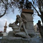 ملتح يخرب تمثال امرأة عارية في سطيف شرق الجزائر