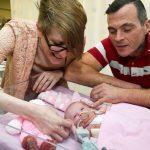 الأطباء ينجحون في إجراء جراحة لرضيعة بقلب ينمو خارج جسمها