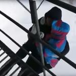 فيديو| قفزة خطيرة كادت أن تودي بحياتهما