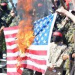 مقاتلون فلسطينيون يحرقون العلم الأمريكي في غزة