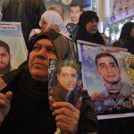أهالى الأسرى الفلسطينيين يطالبون الصليب الأحمر بحمايتهم أثناء زيارة أبنائهم