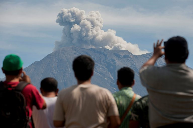 www.alghad.tv/wp-content/uploads/2018/01/2018-01-04T051908Z_249254398_RC15C611EEE0_RTRMADP_3_INDONESIA-VOLCANO-768x511