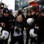 الشرطة التركية تستخدم مدافع المياه والعصي لتفريق محتجين أكراد