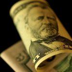 الدولار يتراجع مع توجه الأنظار في منطقة اليورو إلى اجتماع المركزي الأوروبي