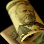الدولار يرتفع من أقل سعر في 3 سنوات مع صعود العوائد الأمريكية