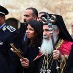 مسيحيون فلسطينيون يعترضون سيارة بطريرك الروم الأرثوذكس احتجاجا على صفقات بيع أراض