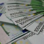 اليورو يتراجع وسط ترقب محضر اجتماع المركزي الأمريكي ومحادثات التجارة