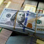 الدولار يرتفع وسط توقعات قاتمة لمحادثات التجارة الأمريكية الصينية