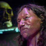 علماء: إنسان بريطانيا القديم كان داكن البشرة أزرق العينين